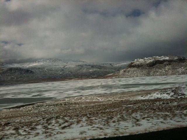 Wenn der Schnee nicht wäre, sähe es noch mehr nach Wüste aus - isländische Landschaft auf der Halbinsel Snæfellsnes. (Foto: Bomsdorf)